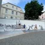 Na ścianie przy wejściu do Zamku Górnego powstaje mural